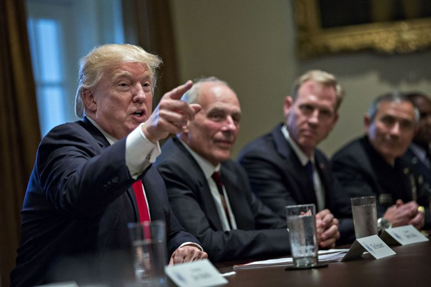 軍の上級指導者とブリーフィングするトランプ大統領 Bloomberg