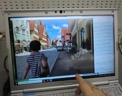 パソコンの画面を通じて、現地のガイドが散策しながら街をライブで紹介してくれる=8月20日午後8時過ぎ、宇田川恵撮影(画像の一部を加工しています)