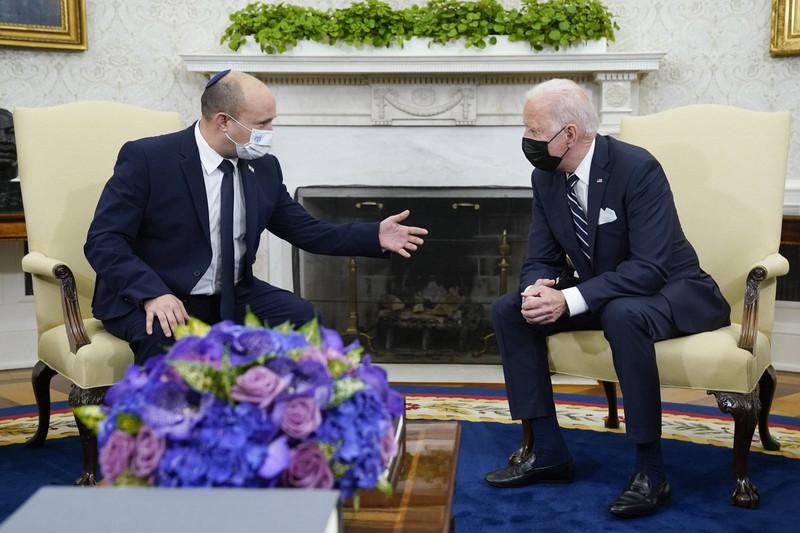 バイデン米大統領(右)と会談するイスラエルのベネット首相=ホワイトハウスで2021年8月27日、AP