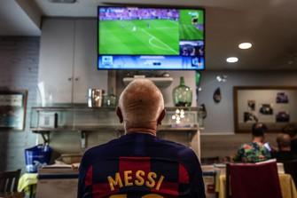 リーガ・エスパニョーラのFCバルセロナ対レアル・ソシエダ戦で、退団したリオネル・メッシのシャツを着ているサッカーファン Bloomberg