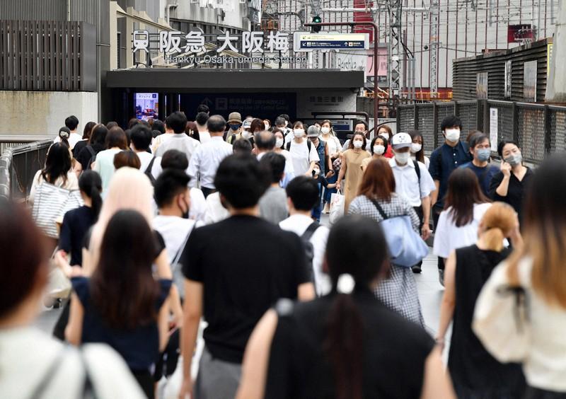 大阪・梅田を行き交う人たち=大阪市北区で2021年9月1日、菱田諭士撮影