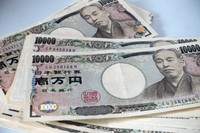 Japanese 10,000 yen banknotes are seen in this file photo. (Mainichi)