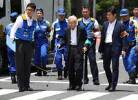 In this June 13, 2019 file photo, Kozo Iizuka, center, is seen during a police inspection of the scene of a fatal car crash in Tokyo's Toshima Ward. (Mainichi/Junichi Sasaki)