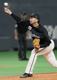 The Lotte Marines' Ayumu Ishikawa pitches during a Pacific League game against the Nippon Ham Fighters on Sept. 20, 2021, at Sapporo Dome. (Kyodo)