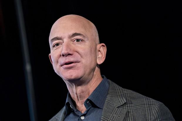 米アマゾンに投資をすれば、創業者のジェフ・ベゾフ氏が部下となって働いてくれる Bloomberg