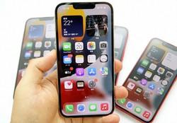 iPhone 13シリーズは動画撮影の性能を大幅に高めた。手に持っているのはiPhone 13 Pro
