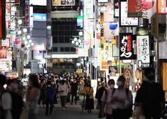 コロナ禍の影響で地価の下落が目立った東京都新宿区歌舞伎町=2021年8月11日、吉田航太撮影