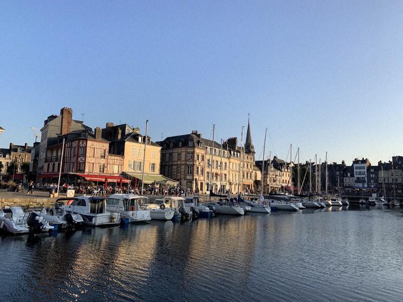 小型ボートが停泊するフランス北部ノルマンディー地方の街、オンフルール=2019年9月14日、筆者撮影