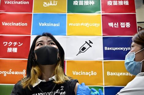A Vietnamese student gets a COVID-19 vaccine shot at Yolo Japan Corp.'s Yolo Base in Osaka's Naniwa Ward, on Sept. 12, 2021. (Mainichi/Takao Kitamura)