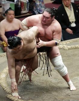 Terunofuji, right, defeats Takayasu on the 11th day of the Autumn Grand Sumo Tournament at Tokyo's Ryogoku Kokugikan on Sept. 22, 2021. (Mainichi/Kota Yoshida)