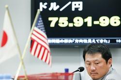 1ドル=75円台で推移した超円高は過去のものに(2011年10月、東京の外為ブローカーで) Bloomberg