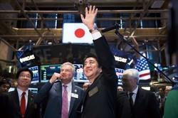 ニューヨーク証券取引所を訪問した安倍晋三前首相。「アベノミクスは買いです」と訴えたが(2013年9月) Bloomberg