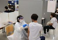 A student at Nippon Sport Science University is vaccinated against the coronavirus in Tokyo's Setagaya Ward on June 21, 2021. (Mainichi/Naotsune Umemura)