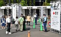 Elderly people are seen entering the large-scale coronavirus vaccination center opened on the morning of May 24, 2021 at Chiyoda Ward, Tokyo (Mainichi/Hiroshi Maruyama)