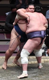 Terunofuji, right, defeats Mitakeumi on the 13th day of the Autumn Grand Sumo Tournament at Tokyo's Ryogoku Kokugikan on Sept. 24, 2021. (Mainichi/Ririko Maeda)