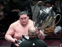 Terunofuji receives the Emperor's Trophy after winning the Autumn Grand Sumo Tournament at Ryogoku Kokugikan in Tokyo on Sept. 26, 2021. (Mainichi/Ririko Maeda)