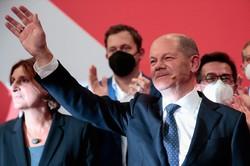 総選挙後、支持者に手を振る社会民主党のオラフ・ショルツ財務相=ベルリンで2021年9月26日、ロイター
