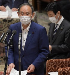 Japanese Prime Minister Yoshihide Suga discusses the planned termination of the state of emergency in Tokyo and 18 prefectures, as well as the quasi-state of emergency in other areas, at a House of Representatives committee session in Tokyo on Sept. 28, 2021. (Mainichi/Kan Takeuchi)