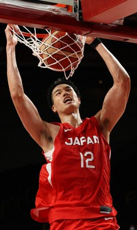 Yuta Watanabe of Japan's Olympic basketball team dunks during the first quarter of their preliminary-round game in the Tokyo Olympic men's basketball on Aug. 1, 2021, at Saitama Super Arena. (Mainichi/Junichi Sasaki)