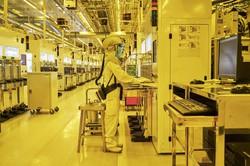 業績拡大への期待感は大きい(半導体工場の内部) Bloomberg