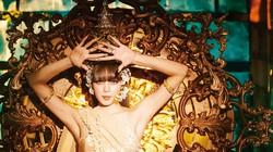 タイ伝統衣装をアレンジしたコスチュームで踊るリサ ユーチューブより