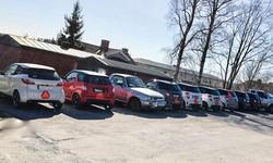 学校の駐車場にはモペード車や速度制限ありの改造車「Aトラクトール」が並ぶ。徐行警告マーク以外は普通車と見分けがつかない 筆者撮影