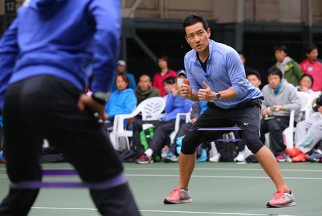 Trainer Yutaka Nakamura, right, gives a demonstration at a training seminar for tennis instructors in the city of Kashiwa, Chiba Prefecture, on Nov. 11, 2015. (Mainichi/Naoaki Hasegawa)