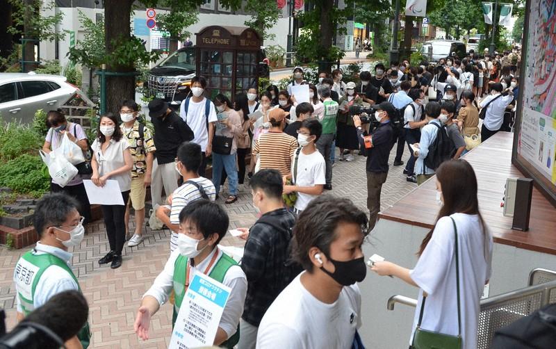 東京都が若者向けに開設する新型コロナウイルスワクチン接種会場前で、抽選券を求めて並ぶ人たち=東京都渋谷区で2021年8月29日、井口慎太郎撮影