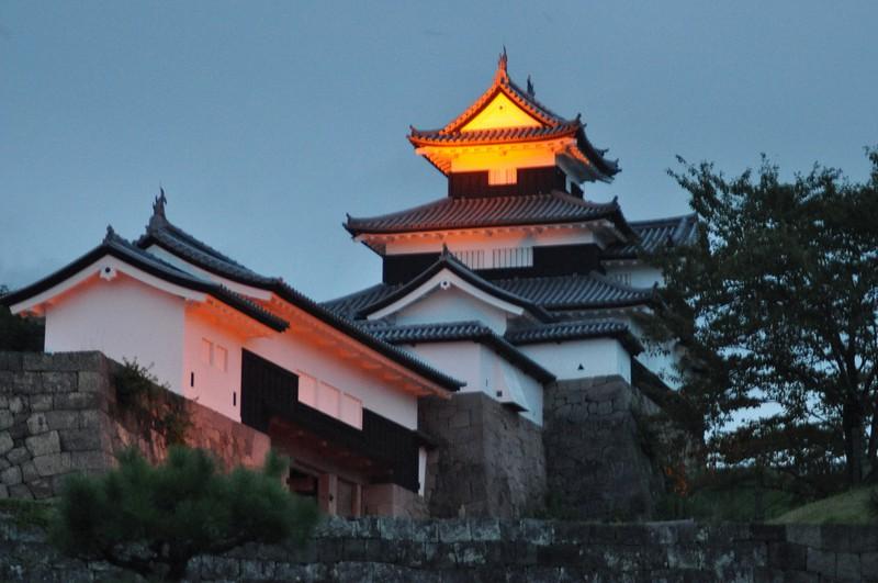 9月21日の「世界アルツハイマーデー」に合わせライトアップする福島県白河市・小峰城跡の三重櫓(やぐら)=2021年9月17日、熊田明裕撮影
