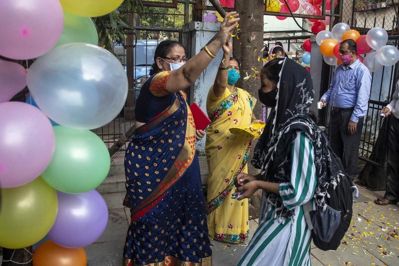 コロナ世界の現場から:ようやく学校再開@インド   毎日新聞