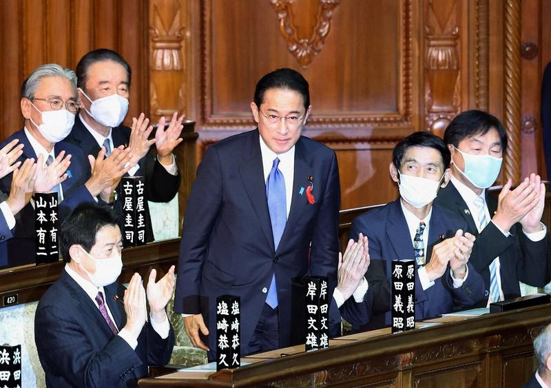 衆院本会議で首相に指名され、一礼する自民党の岸田文雄総裁(中央、国会内で2021年10月4日)