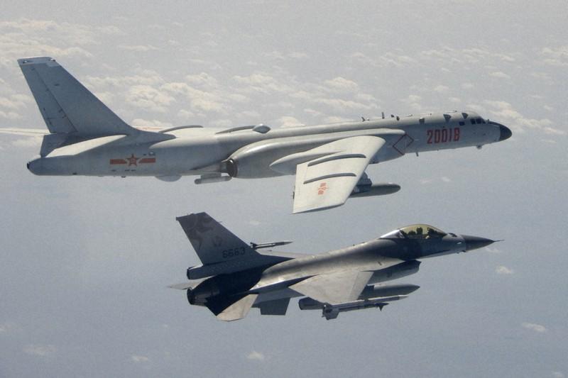 台湾周辺の上空で、台湾軍の戦闘機(下)に接近する中国軍の爆撃機=2020年2月10日(台湾国防部提供・AP)