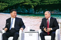 協力関係にある習近平国家主席(左)とプーチン大統領(右) Bloomberg