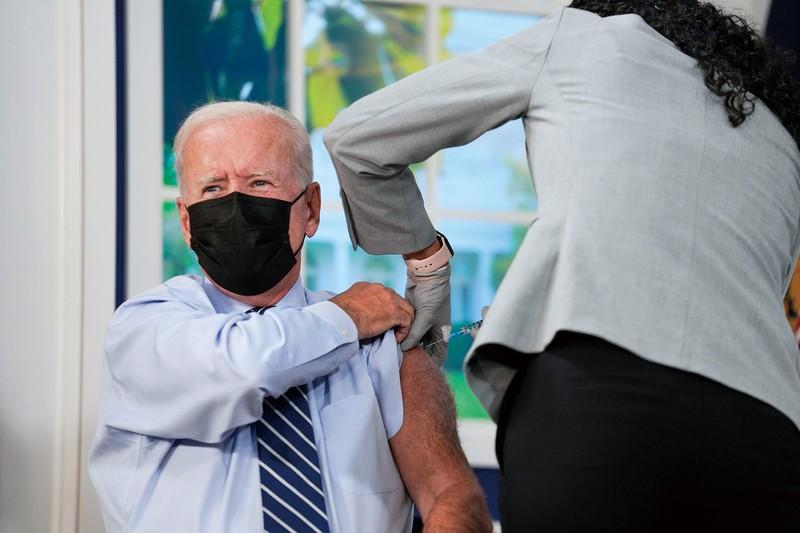 3回目のワクチン接種を受けるバイデン大統領。米国は接種義務化の拡大を進める Bloomberg