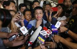 名誉毀損(きそん)容疑で逮捕された後に保釈され、記者から質問を受けるフィリピンのジャーナリスト、マリア・レッサ氏(中央)=マニラで2019年2月14日、AP