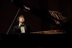 前回コンクール(第7回)優勝者の安並貴史さん 優勝記念リサイタルでの演奏 提供=横須賀芸術劇場
