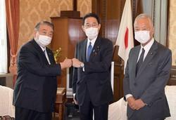 国会であいさつ回りをする岸田文雄首相(中央)と甘利明自民党幹事長(右)。蜜月はいつまで続くか