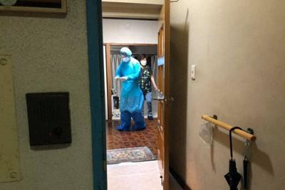 自宅療養する感染者宅。設備の整った病院と違い、東京都内の一般の住宅では、広さも換気も不十分ななかで診療するしかない