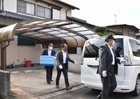Investigators are seen carrying out items from the home of suspect Shoichi Sato following a search of his home by officers, in the city of Oita on Oct. 16, 2021. (Mainichi/Hyelim Ha)