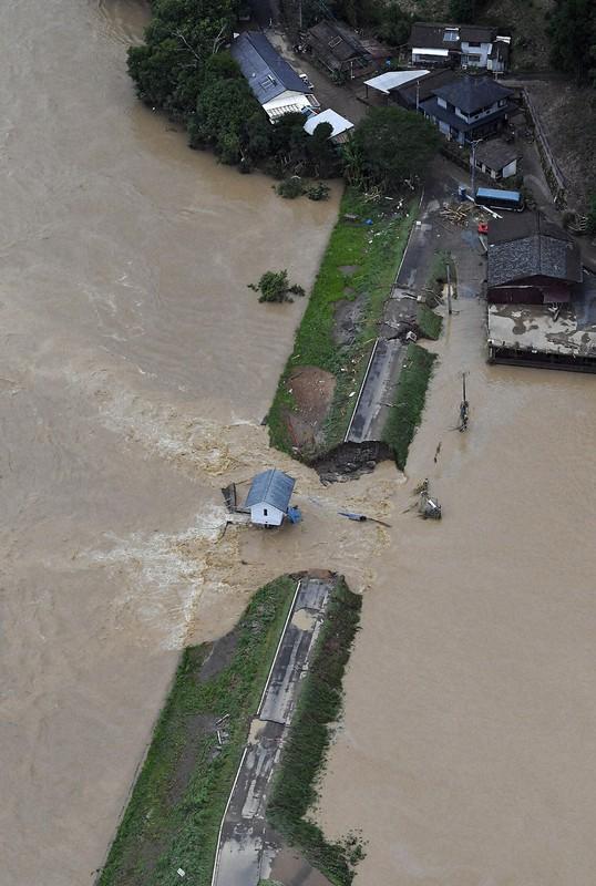 2020年7月の豪雨で約30メートルにわたり決壊した熊本県人吉市球麿川の堤防