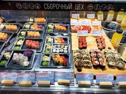 店頭に並ぶスシロール。定番の日本食として高い人気を誇る 筆者撮影