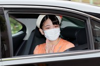 Princess Mako enters the temporary Sento Imperial Palace in a car to greet Emperor Emeritus Akihito and Empress Emerita Michiko before her marriage, in Minato Ward, Tokyo, on Oct. 25, 2021. (Mainichi/Naoaki Hasegawa)