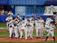 Japanese players celebrate after winning the gold medal game of the Tokyo Olympic baseball tournament against the United States on Aug. 7, 2021, at Yokohama Stadium. (Mainichi/Takehiko Onishi)
