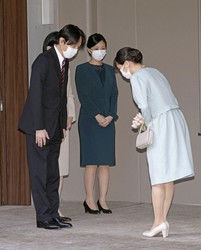 Then Princess Mako, right, is sent off by her father Crown Prince Akishino (Fumihito), left, her mother Crown Princess Kiko, behind Fumihito, and her sister Princess Kako at the Akasaka Estate in Tokyo's Minato Ward on the morning of Oct. 26, 2021. (Pool photo)