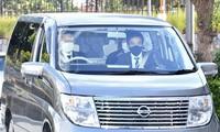 A vehicle said to be carrying suspect Juki Niimura enters Osaka Prefectural Police's Settsu Police Station in Settsu, Osaka Prefecture, on Oct. 27, 2021. (Mainichi/Ryoichi Mochizuki)